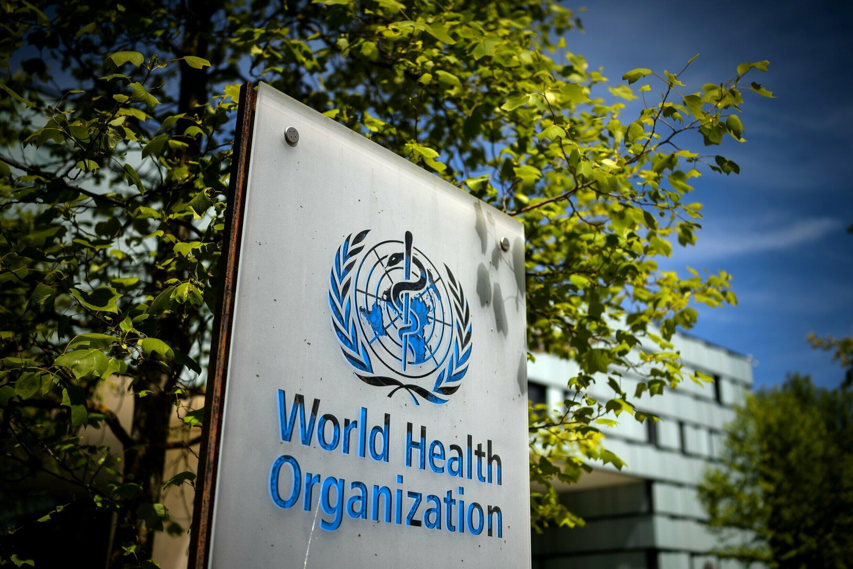 Un cartel de la Organización Mundial de la Salud (OMS) situado a la entrada de la sede central de la institución, el 8 de mayo de 2021 en la ciudad suiza de Ginebra