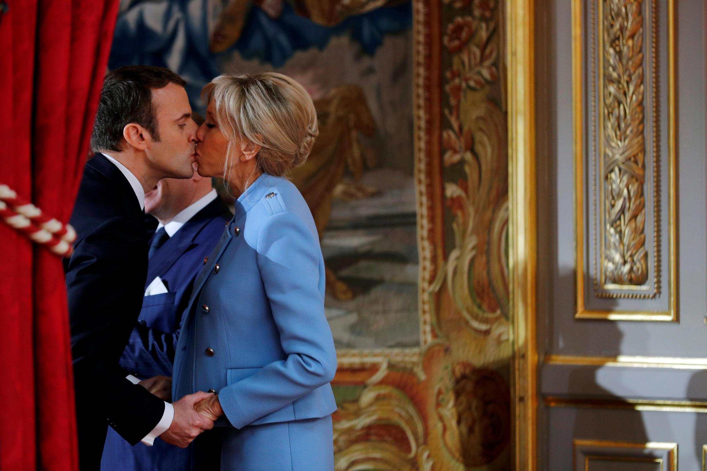 Foto de arquivo mostra o presidente francês Emmanuel Macron e sua mulher, Brigitte, no Palácio do Eliseu, em 14 de maio de 2017.
