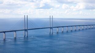 Le pont de l'Øresund est la frontière qui sépare le Danemark de la Suède et qui relie Copenhague à Malmö.