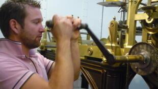 L'horloger-pendulier Antoine Walter remonte l'horloge de l'Hôtel de ville de Paris