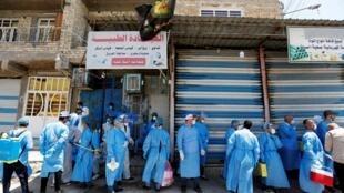 Des agents de santé pendant le dépistage du coronavirus dans la ville de Sadr, dans le district de Bagdad, le 21 mai 2020.