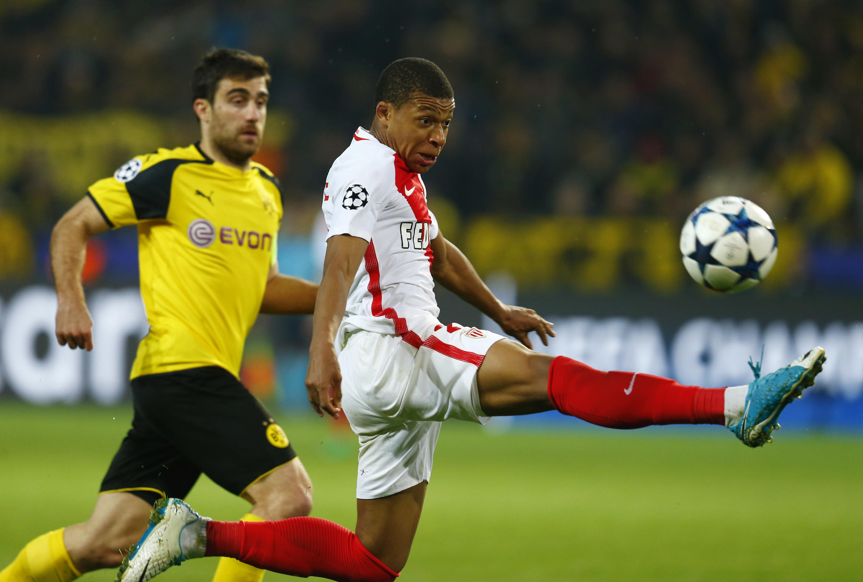 Kylian Mbappé (Monaco) et Sokrátis Papastathópoulos (Borussia Dortmund), le 12 avril 2017.