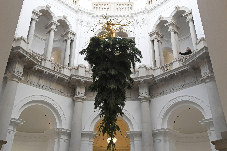 В лондонской галерее Tate сделали то, что несколько лет назад было в Галери Лафайет: елка вверх ногами