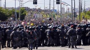 Confrontation entre les manifestants et les forces de l'ordre, mercredi 19 juin 2013 aux alentours du stade de Fortaleza (Nord-Est).
