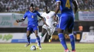 Marco Soares (centro), médio e capitão da Selecção Cabo-verdiana, durante o primeiro jogo frente ao Senegal a 8 de Outubro de 2016, que Cabo Verde perdeu por 2-0 em território senegalês.