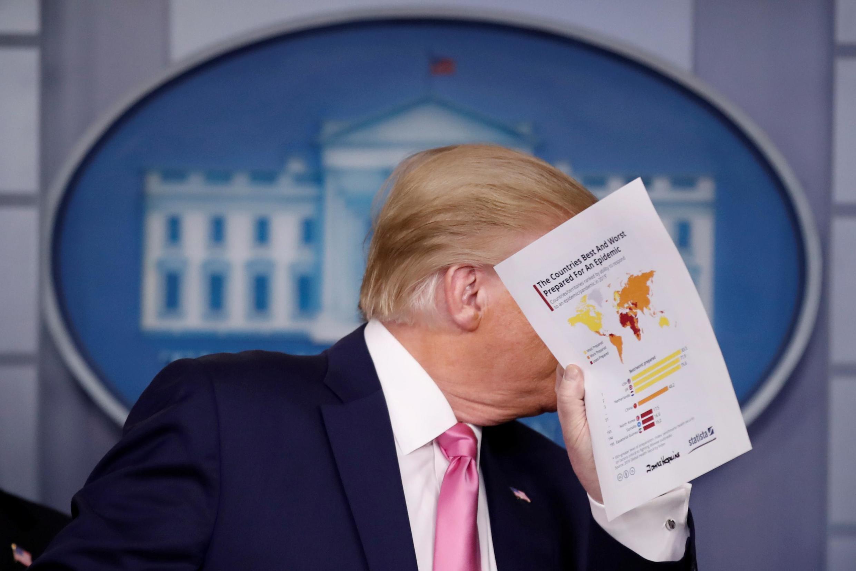 Rais Donald Trump alitaka kuhakikishia raia wake kwa kusema kwamba Marekani inaweza kuzuia janga kubwa la Covid-19 wakati wa mkutano wake na waandishi wa habari kuhusu ugonjwa huo, katika Ikulu ya White White, Februari 26, 2020.