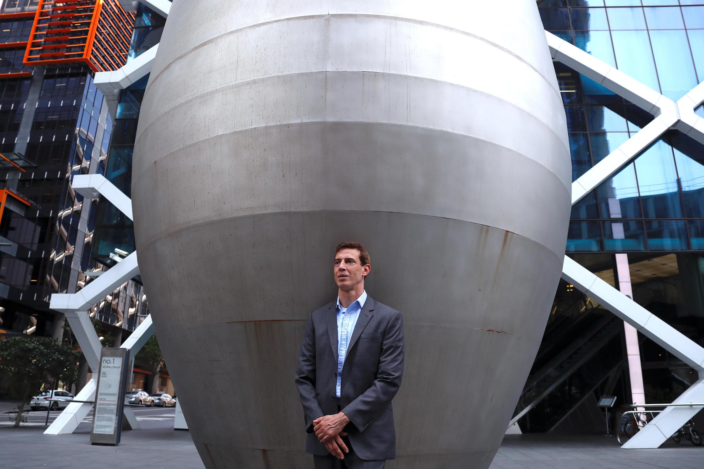 អតីតបុគ្គលិក របស់ធនាគារវិនិយោគ Lehman Brothers លោក  Gwion Moore ឈរថតនៅកណ្តាលទីក្រុង  Sydney, អូស្ត្រាលី ថ្ងៃទី ១១ កញ្ញា ២០១៨  REUTERS/David Gray SEARCH