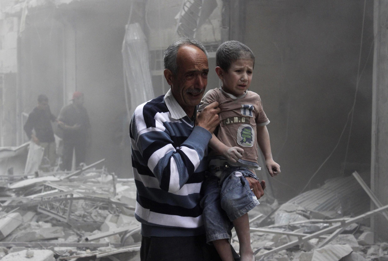 Un habitant d'Alep transporte un enfant, après un bombardement par l'armée de Bachar el-Assad, lundi 2 juin.