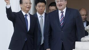 China's Premier Wen Jiabao (L) with Poland's President Bronislaw Komorowski at the Belweder Palace in Warsaw 25 April 2012