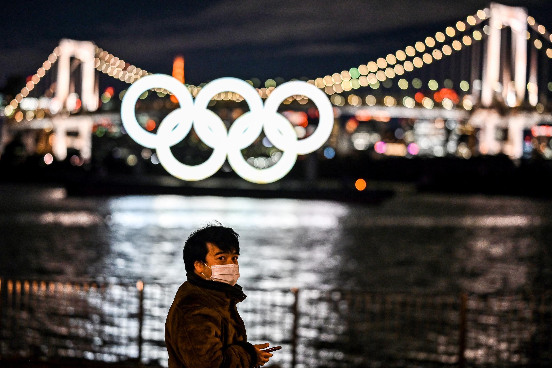 Les anneaux olympiques illuminés dans la baie de Tokyo, le 27 janvier 2021