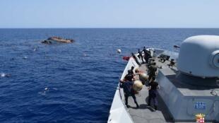 La marine italienne vient secourir des migrants partis de Libye dans une embarcation de fortune qui vient de chavirer, le 25 mai 2016 (image d'illustration).