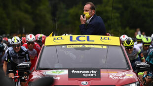 Le directeur du Tour de France Christian Prudhomme donne le départ de la première étape du 108e Tour de France entre Brest et Landerneau, le 26 juin 2021