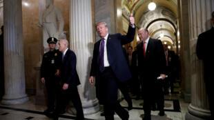 Donald Trump, le 16 novembre 2017, aux côtés de son conseiller économique Gary Cohn qui a démissioné ce mercredi 7 mars.