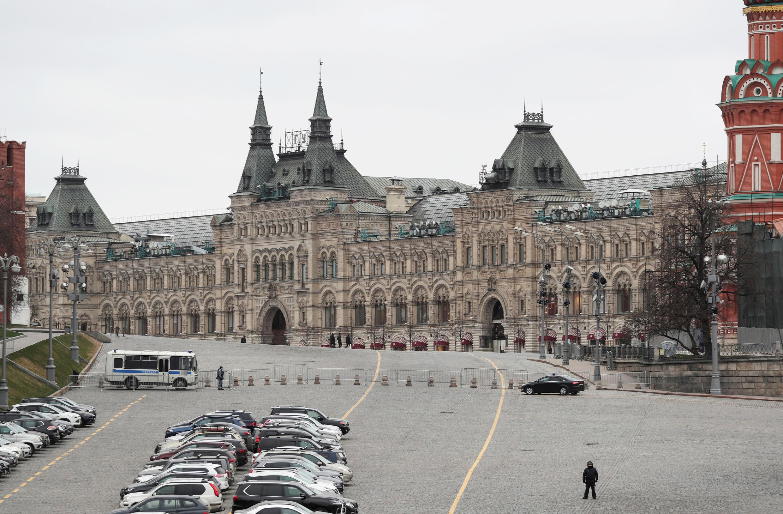 یه اجرا درآمدن مقررات منع عبور و مرور در میدان سرخ مسکو، برای مبارزه با شیوع ویروس کرونا. دوشنبه ۱۱ فروردین/ ۳۰ مارس ۲۰۲۰