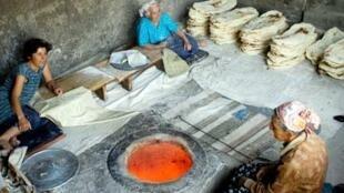 Lò nướng bánh mì dẹp ở Tadjikistan. Giá 50kg bột bằng một nửa lương tháng trung bình (RFI / Max Sivaslian)