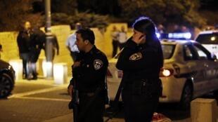 Policiais cercam o local onde um militante de extrema-direita judeu foi baleado.