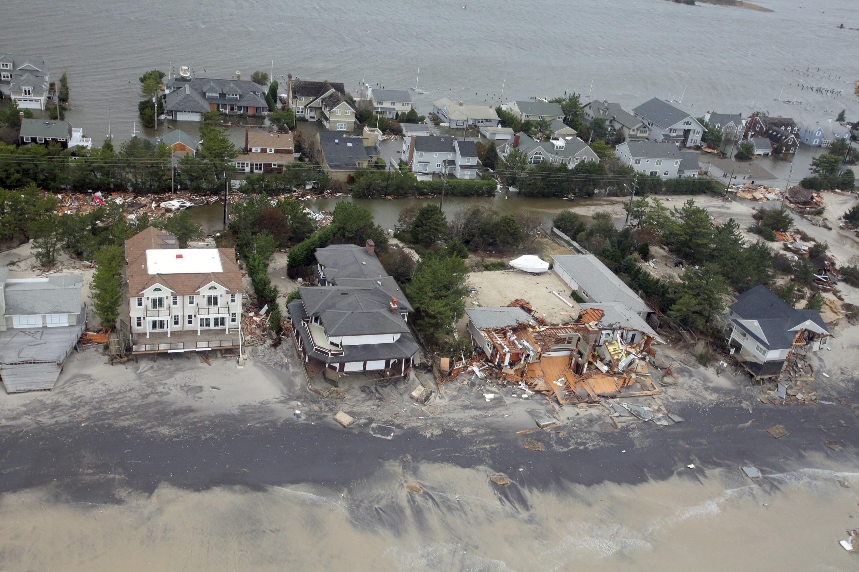 Vista aérea mostra os danos causados pelo furacão Sandy na costa de Nova Jersey.