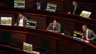 2018年10月18日,香港特首林郑月娥在立法会做施政报告时,泛民主派立委举牌要求新闻自由。