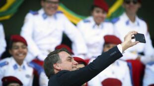 Le président brésilien Jair Bolsonaro, en plein selfie le 23 août à Brasilia.