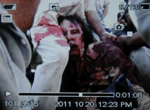 Photo prise par un téléphone portable, et présentée comme celle de l'arrestation de Mouammar Kadhafi à Syrte, le 20 octobre 2011.