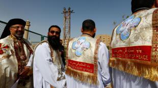 Fieis coptas durante uma missa, antes da visita do Papa Francisco, no Cairo, Egito, em abril de 2017.