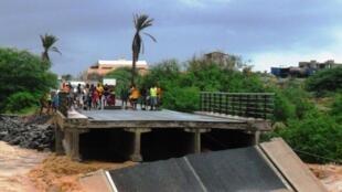 Ponte de Ribeira d'Água, na ilha cabo-verdiana da Boavista, destruída pelo temporal