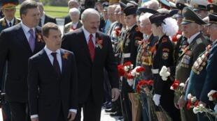 Le président russe, Dmitri Medvedev (2e g), l'Ukrainien Viktor Yanukovich (g) et le Biélorusse Alexander Lukashenko (c), à l'inauguration d'un monument célébrant la victoire sur les troupes nazies en 1945, à Moscou, le 8 mai 2010