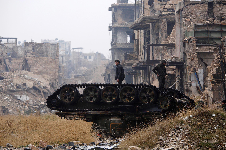 Lực lượng trung thành với tổng thống Syria Bachar al-Assad trước cảnh tan hoang tại một khu phố do chính phủ kiểm soát ở Aleppo, Syria 13/12/2016.