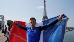 Французский болельщик напротив Эйфелевой башни 15 июля 2018