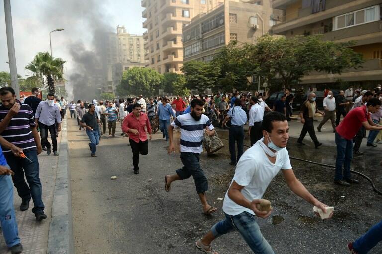 Người biểu tình chạy trốn cảnh sát sáng 14/08/ 2013.