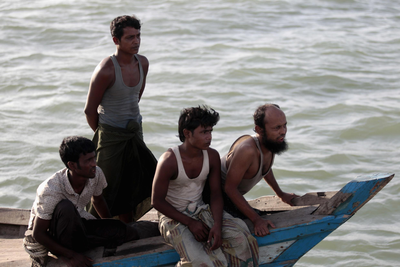 Originários da minoria étnica Rohingya vindos de Bangladesh não conseguem voltar a Mianmar por causa das violências.