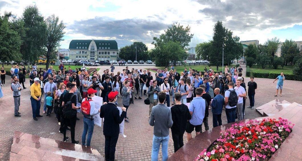 В Барнауле 14 августа прошла акция в поддержку людей, подвергшихся уголовному преследованию за лайки, репосты и публикацию картинок в соцсетях.