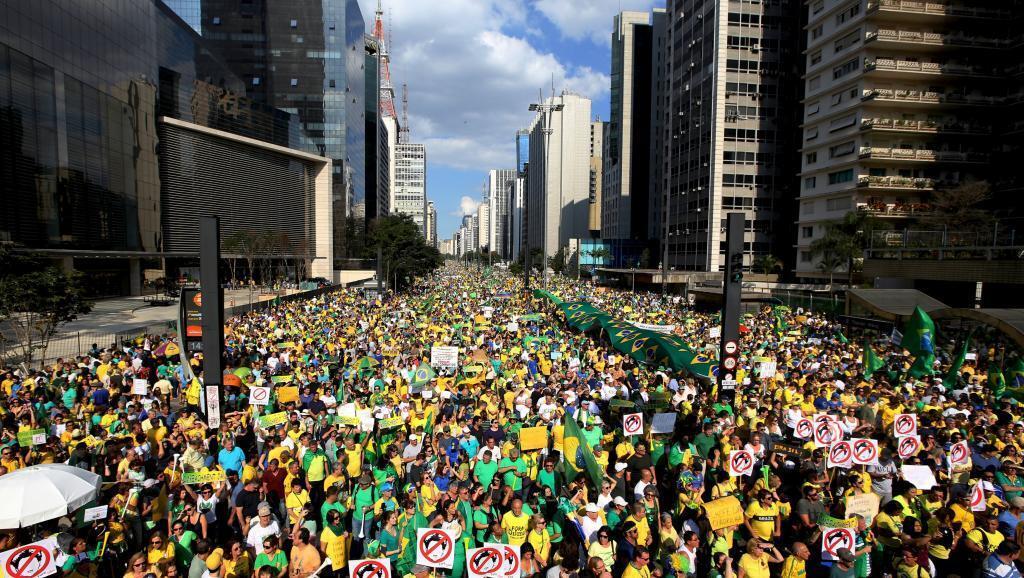 Katika mji wa Rio de Janeiro kama katika miji kadhaa ya Brazil, wapinzani wamefanya maandamano dhidi ya rais Dilma Rousseff na kashfa ya rushwa.