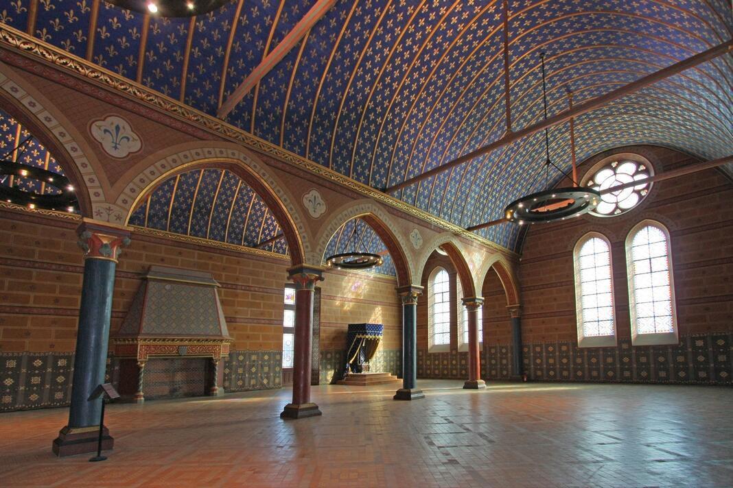 """""""君主大厅""""(La salle seigneuriale)这是法国至今保存完好的 最大规模的哥特式非宗教大厅建筑"""