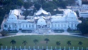 Vue aérienne du Palais national le 15 janvier 2010, au lendemain du tremblement de terre qui a ravagé Haïti.