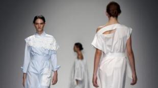 Desfile de modelos da coleção Primavera-Verão 2015 do estilista Eudon Choi , na Fashion Week de Londres neste 12 de setembro de 2014.