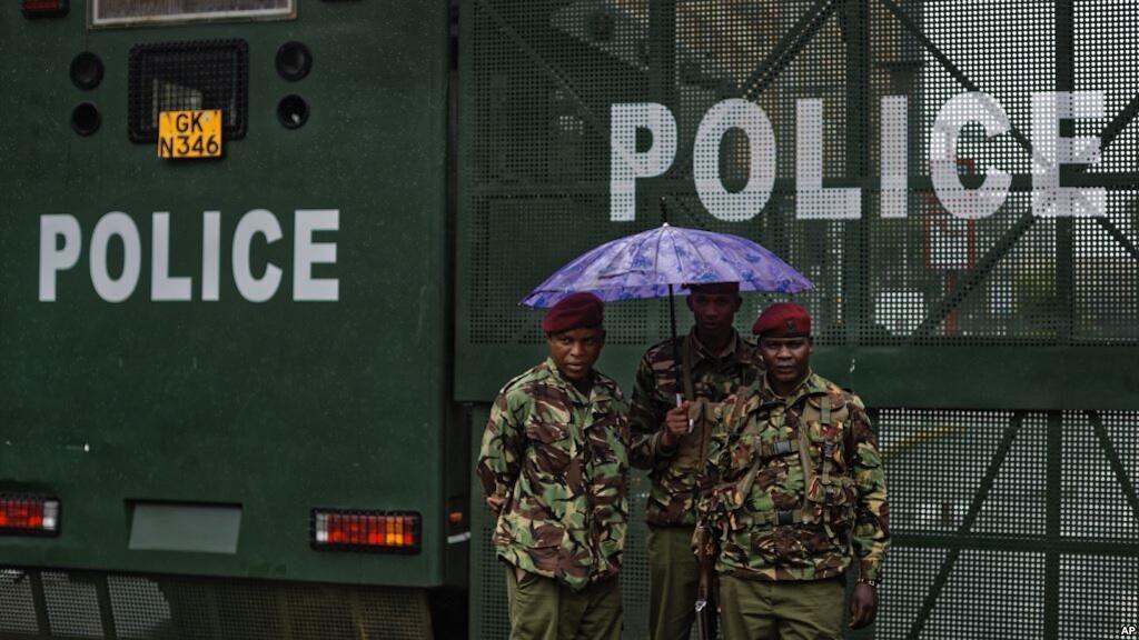 Maofisa wa polisi wa Kenya wakiwa mbele ya Mahakama Kuu, huku mvua ikinyesha, Nairobi, Kenya, Novemba 14, 2017.