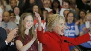 La candidate Hillary Clinton, soutenue par son mari l'ancien président Bill Clinton et leur fille Chelsea, à Des Moines, Iowa, le 1er février 2016.