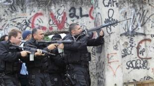 Polícia brasileira durante intervenção numa favela do Rio de Janeiro