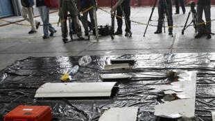 Les journalistes face aux débris de l'Airbus du vol 447 dans la base aérienne de Recife.