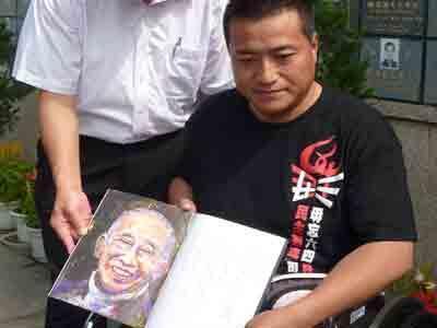 方政2012年6月6日離港前到司徒華碑前致祭,看着華叔紀念冊的畫像,感慨萬千。