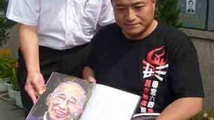 方政2012年6月6日离港前到司徒华碑前致祭,看着华叔纪念册的画像,感慨万千。