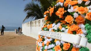 Une gerbe de fleurs déposées par le président Ouattara, à Grand-Bassam, le 16 mars 2016.