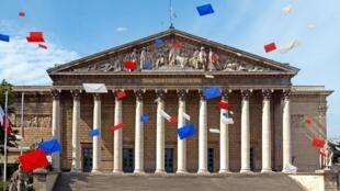 Assembleia nacional francesa à espera dos deputados eleitos este domingo, 18 de junho