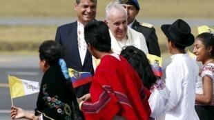 Le pape François à l'aéroport de Quito, accueilli par le président Rafael Correa et de jeunes Equatoriens, le 5 juillet 2015.