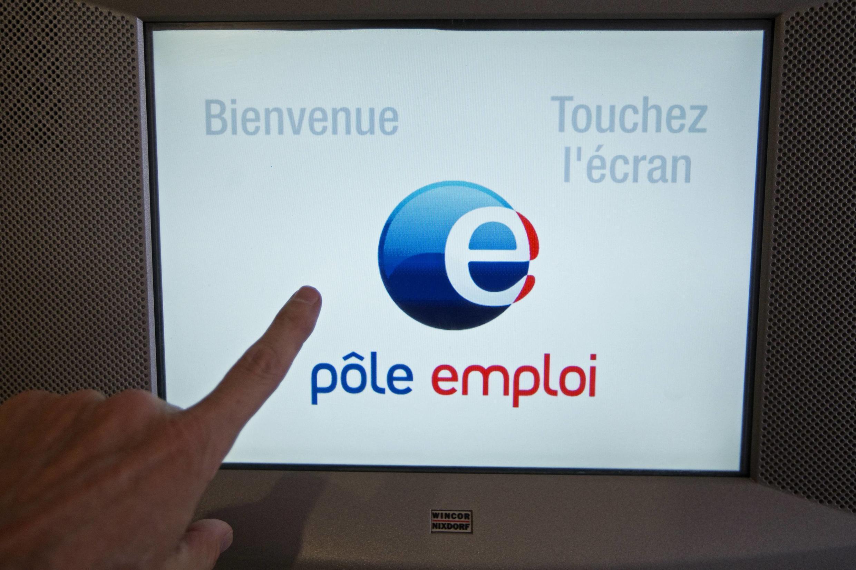 Тактильный экран информации и записи в помещении Службы занятости в Париже 05/09/2013