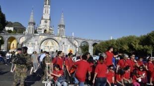 法国天主教徒2016年举行圣母升天节庆祝仪式   2016年8月15日路尔德