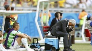 Vahid Halilhodzic, treinador argelino, com ar desolado na sequência da derrota perante a Bélgica