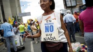 Una manifestante protesta contra la penuria de productos básicos, Caracas, 8 de agosto de 2015.