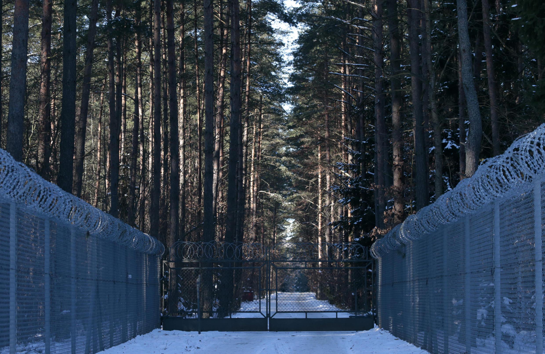 Hàng rào kẽm gai bao quanh khu quân sự gần làng Stare Kiejkuty, một trong những nơi được cho là giam giữ tù nhân của CIA.